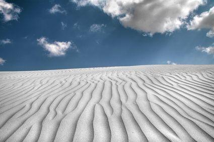 Visión del reflejo en la arena co lentes polarizadas